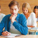 Schüler schreibt Klausur (© shutterstock.com)