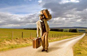 Mann mit Koffer auf Reise