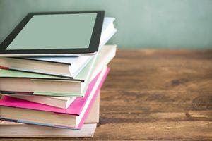 Bücherstapel mit Tablet