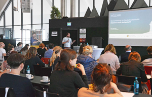 Lehrerinnen und Lehrer bei einer Veranstaltung rund um das Fach Deutsch in Dortmund