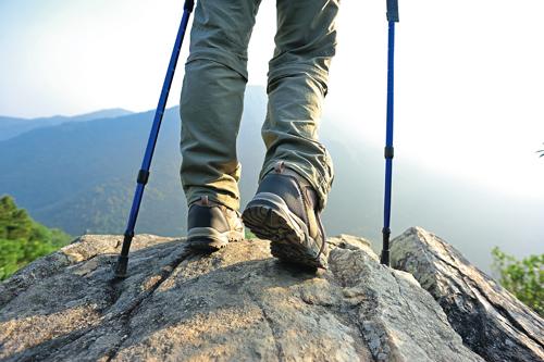Wanderer auf Berg mit Panoramablick