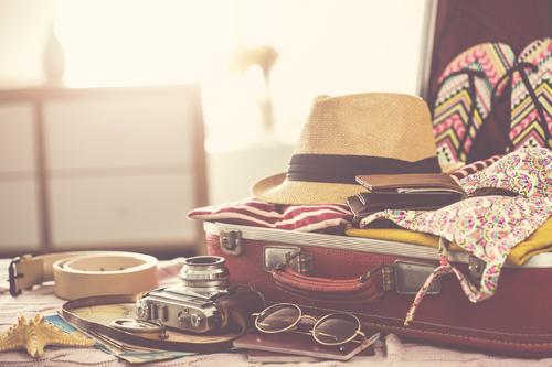 Reiseutensilien im Koffer, Urlaub