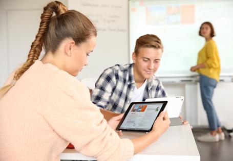 Schülerin am Tablet, Unterricht